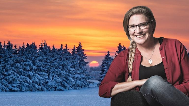Pernilla Eskilsdotter i en fåtölj mot en bakgrund av ett vinterlandskap i soluppgång.
