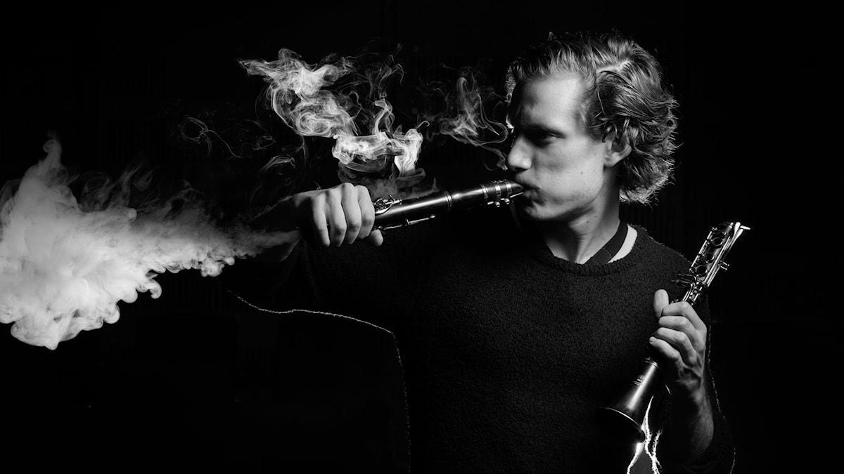 Magnus Holmander blåser rök genom klarinetten