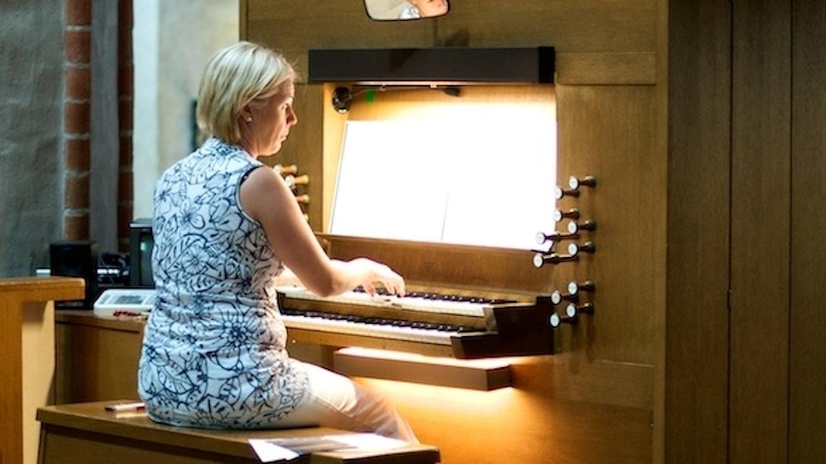 Kvinna, orgel, organist