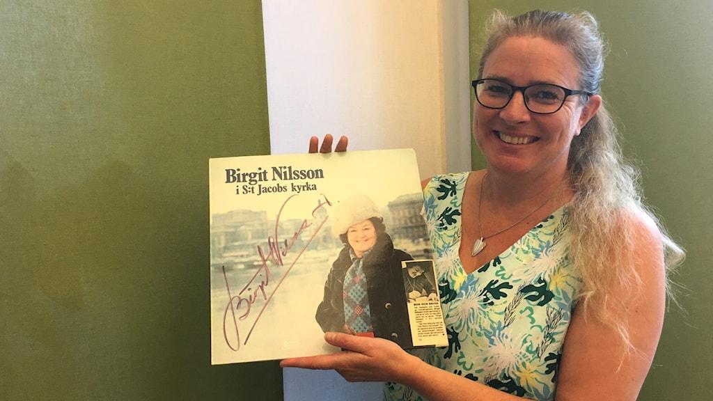 Pernilla Eskilsdotter håller upp en Birgit Nilsson-LP med operastjärnans autograf på.