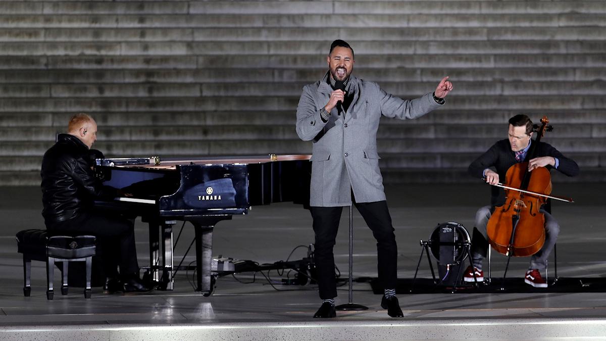 The Piano Guys uppträder på en scen.