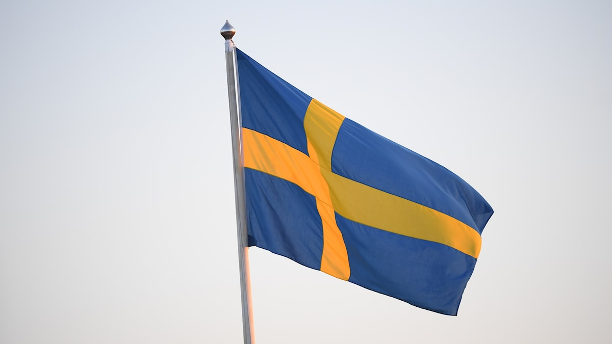 Svensk flagga på stång.