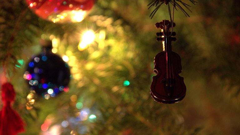 En liten fiol hänger som julgransprydnad.
