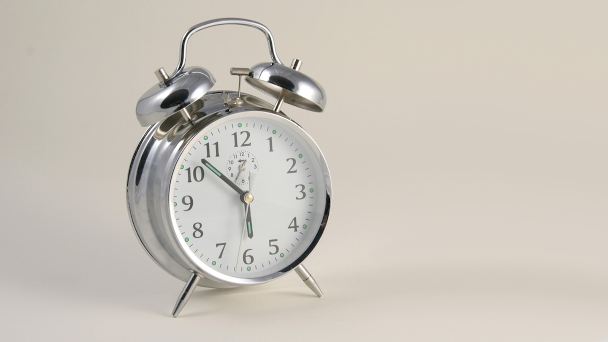 Gammaldags analog väckarklocka.