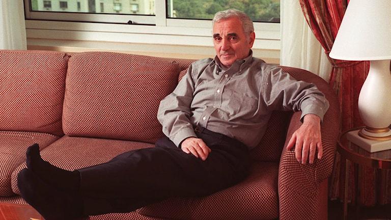 Charles Aznavour i soffan.