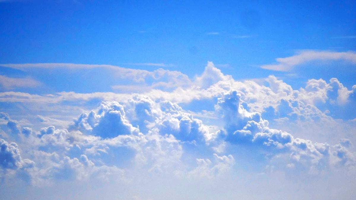 Himlen ovan molnen. Solen skiner.