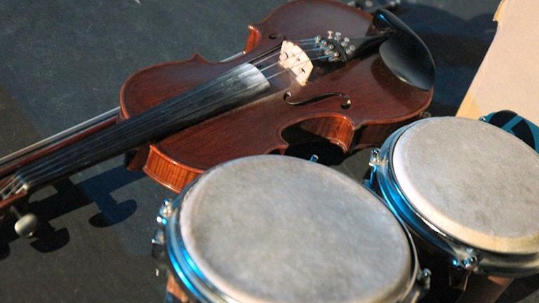 Fiol och bongotrummor.