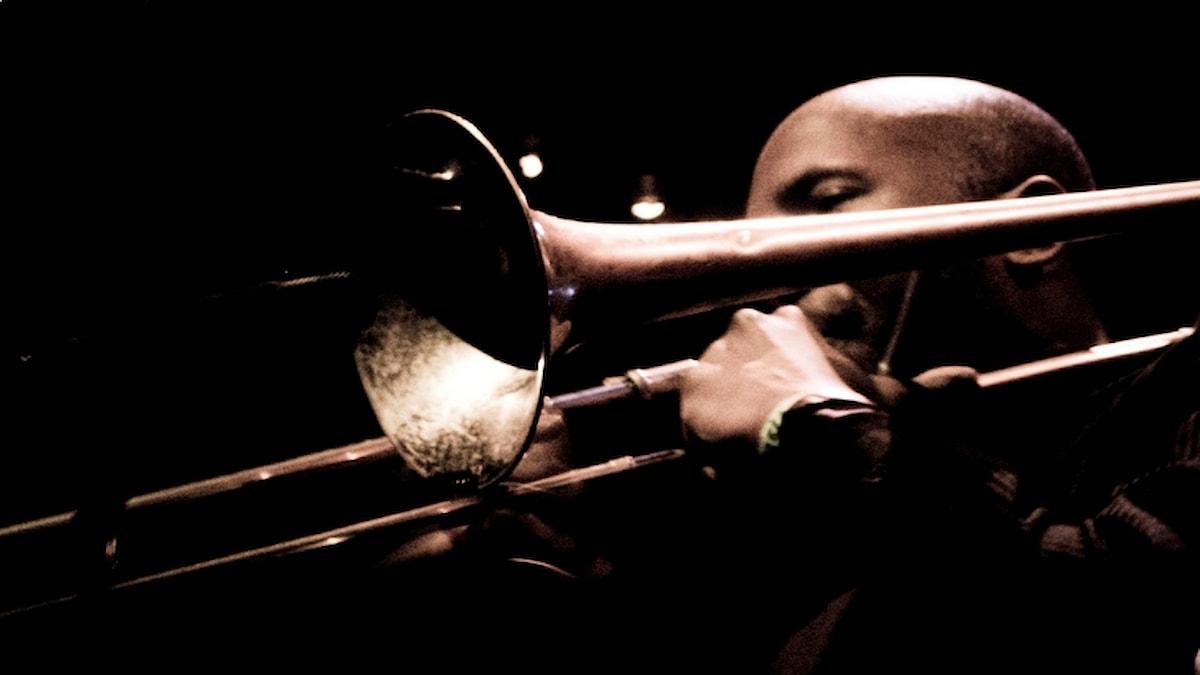 Man som spelar trombon.