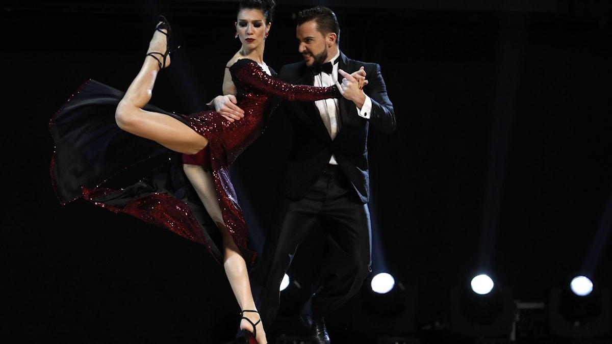 Ett par som dansar tango.