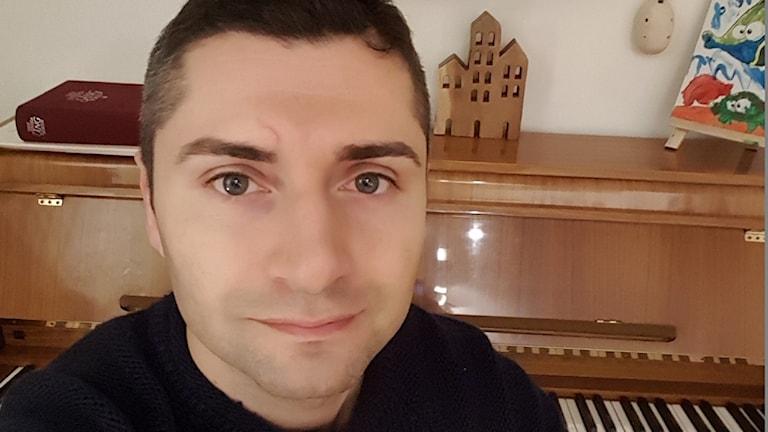 Filip Stojanov framför ett piano
