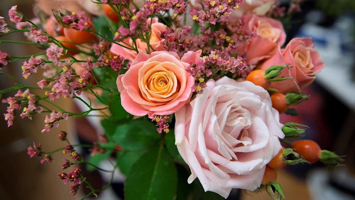 En blomsterbukett med bl.a. rosa rosor.