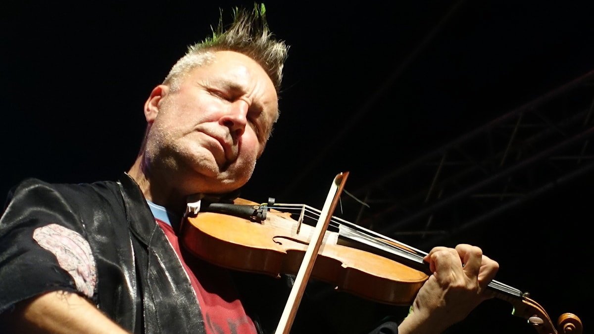 Violinisten Nigel Kennedy spelar med inlevelse.