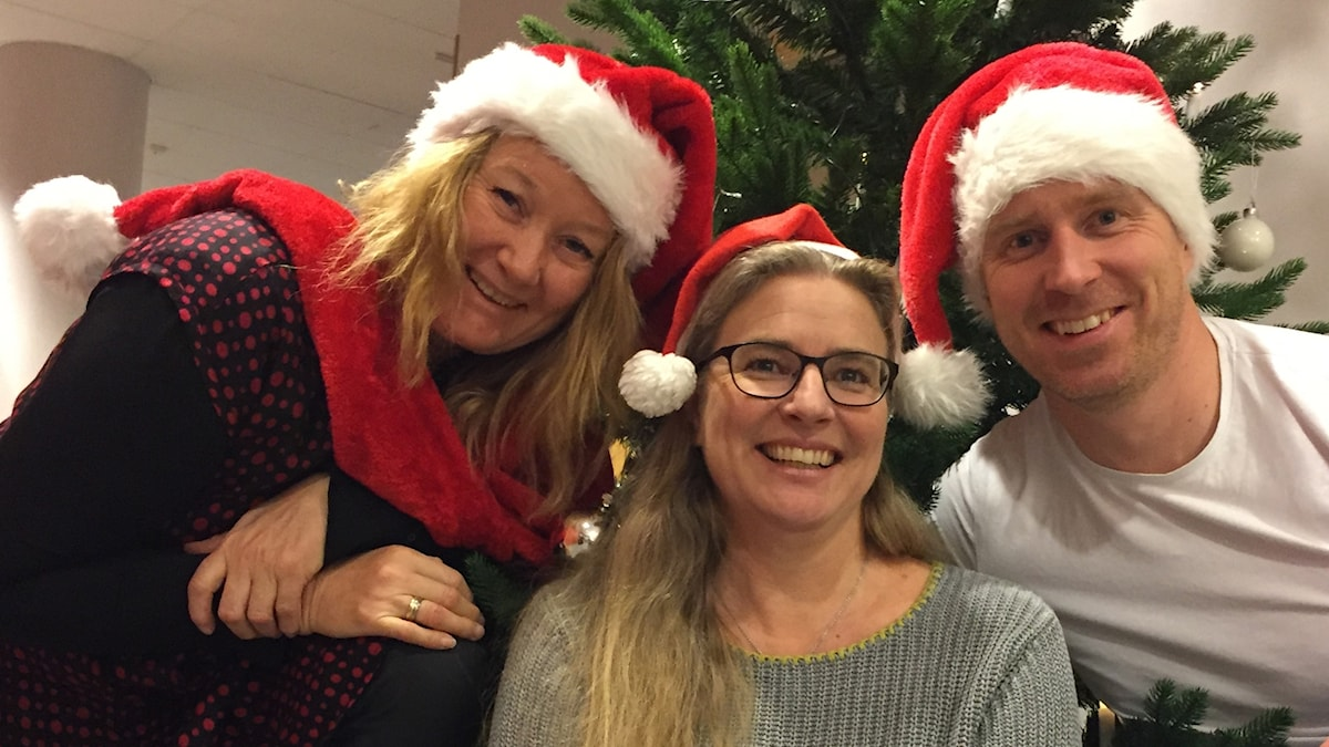 Klassisk morgons redaktion, Marianne Greip, Pernilla Eskilsdotter och Martin Ekeholm hälsar God Jul iklädda tomteluvor framför julgranen.