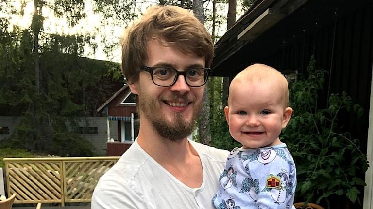 Jens Palmqvist håller dottern Kitty i famnen.