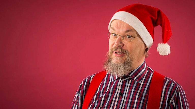 Musikredaktör Sam Jakobsson iklädd tomteluva.