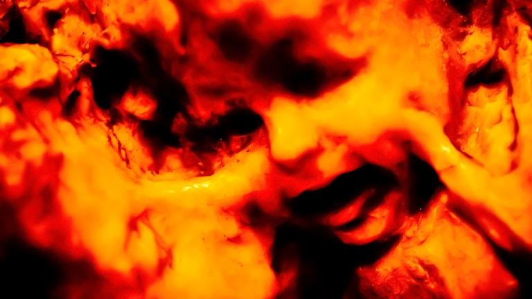 Eld med dolda ansiktsformer i helvetet.