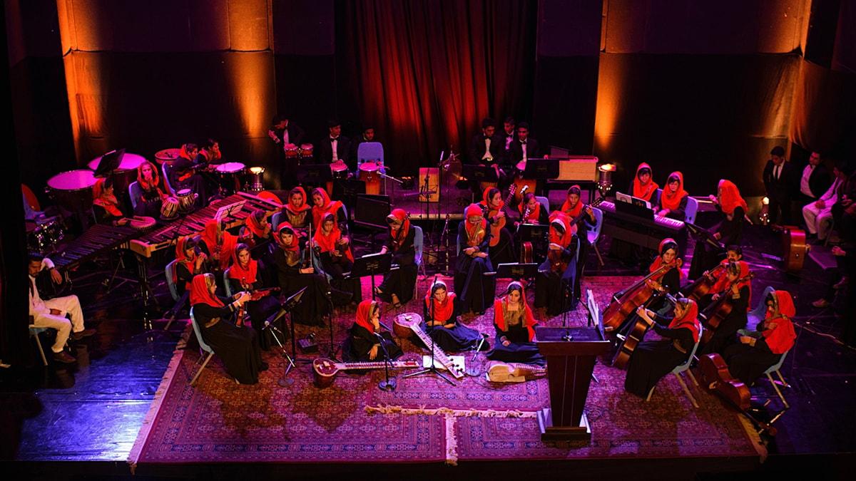 Den afghanska kvinno-orkestern Zohra på en scen.