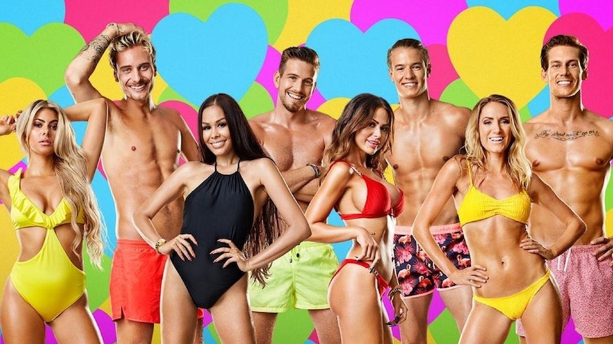 Deltagarna i tv-programmet Love Island Sverige står uppradade i badkläder.