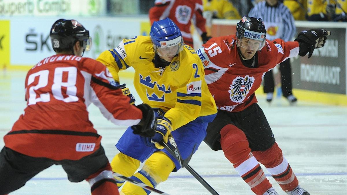 Ishockeyspelaren Nicklas Grossman trixar sig igenom det Österrikiska försvaret.