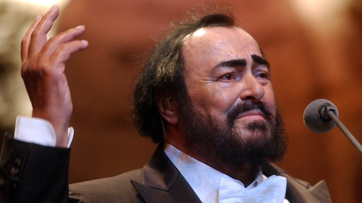 Luciano Pavarotti vid en mikrofon.