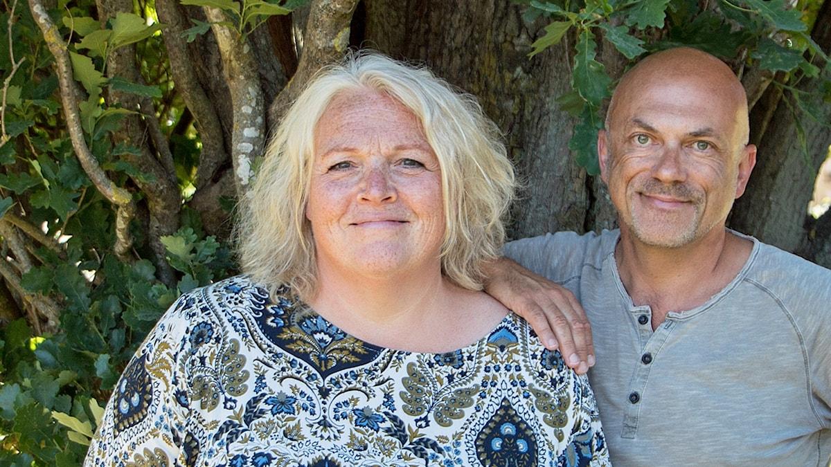 Lisa Tilling och Keith Foster framför ett träd.
