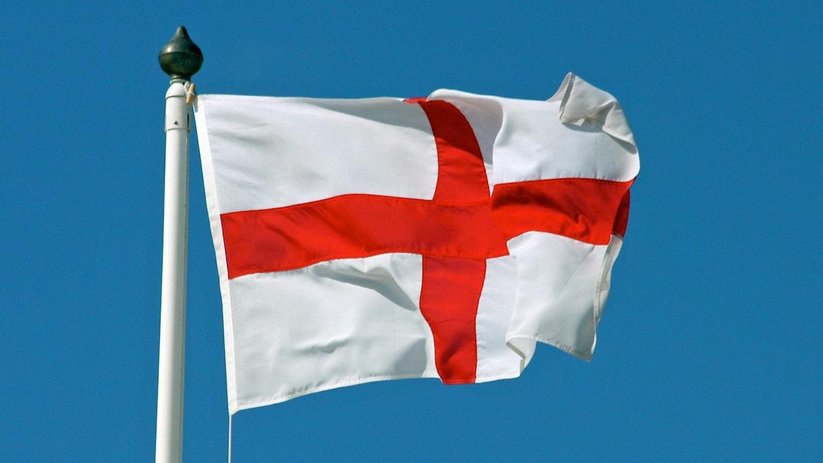 Den engelska flaggan fladdrar i vinden.