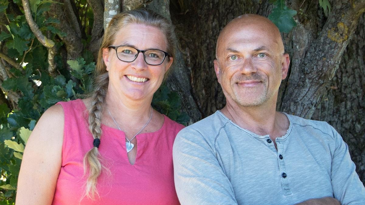 Pernilla Eskilsdotter och Keith Foster framför ett träd.