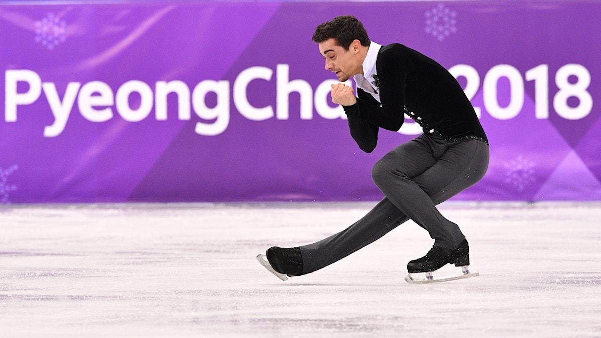 Spaniens Javier Fernandez i sin Charlie Chaplin-utstyrsel under konståkningens kortprogram vid OS i Pyeongchang.