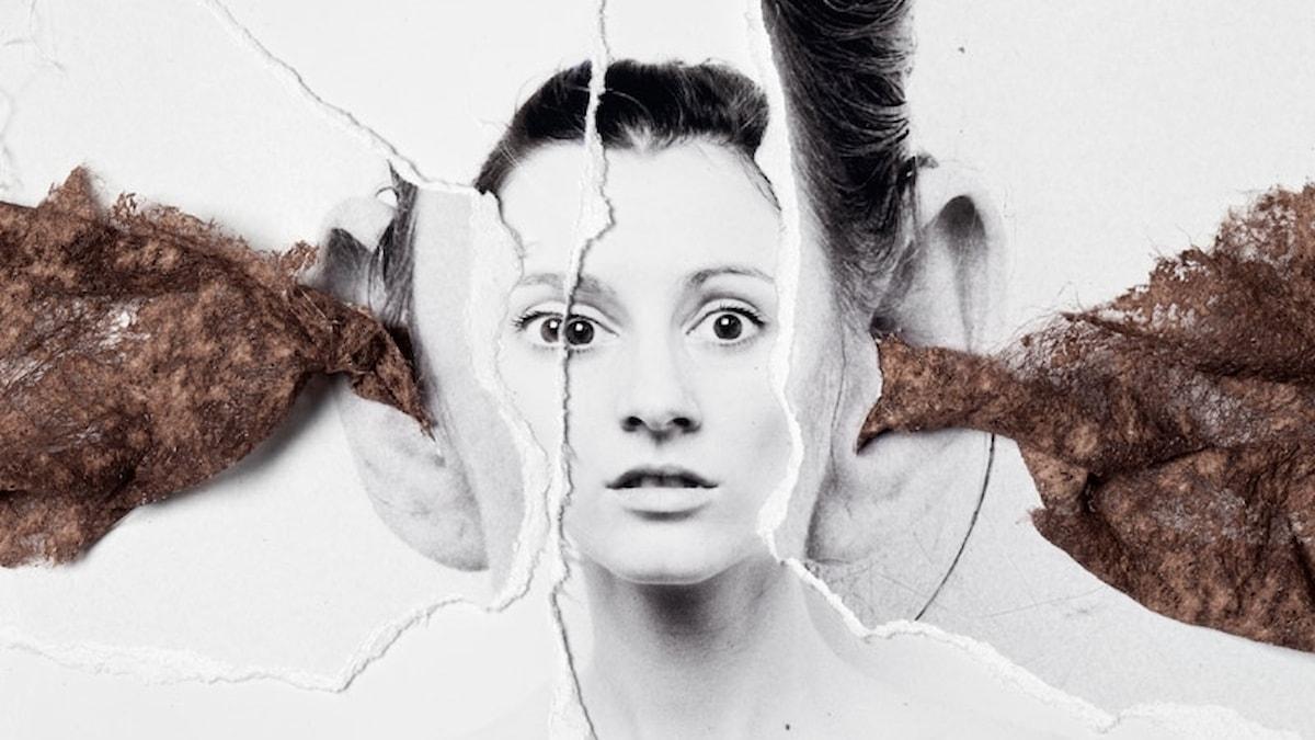 Konstbild med ljud som in genom en kvinnas ena öra och ut genom det andra.