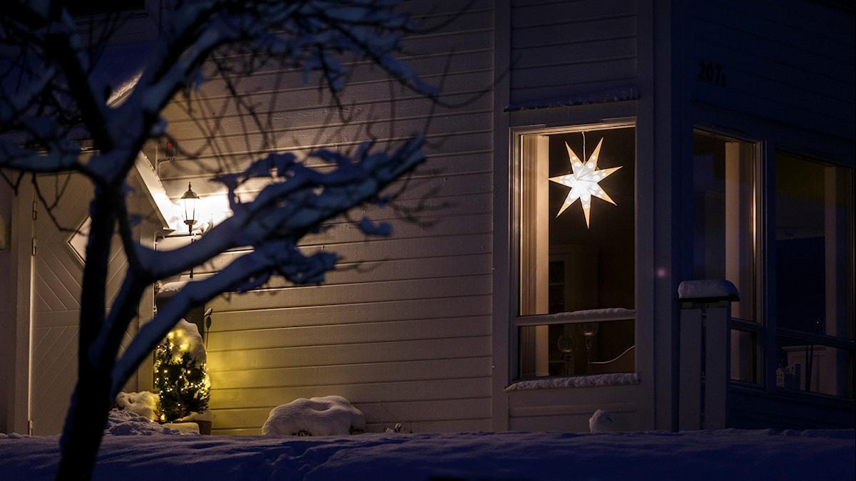 Fönster med adventsstjärna.