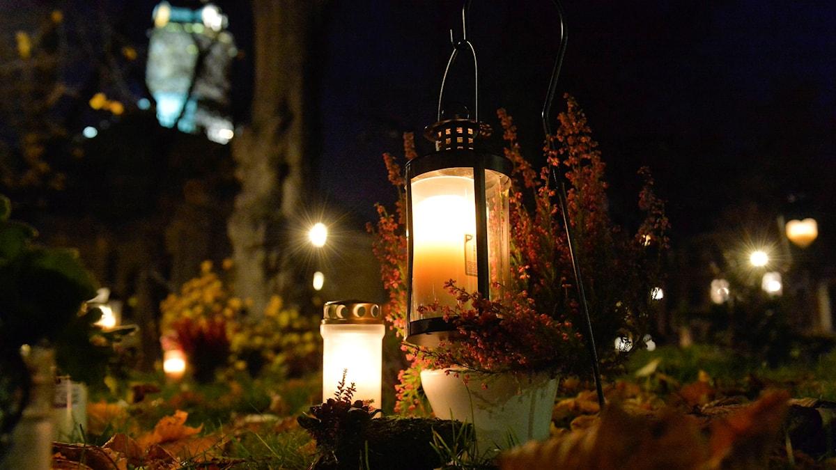 Tända ljus och lyktor på kyrkogården vid Kungsholms kyrka i Stockholm.