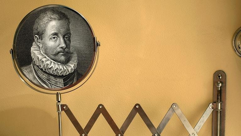 Greve Egmont inklippt i en utdragbar sminkspegel.