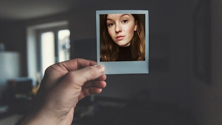 En hand håller upp en polaroidbild med Tilda Sandbergs ansikte på.