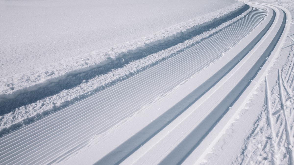Ett preparerat längdskidspår som försvinner bort diagonalt över bilden.