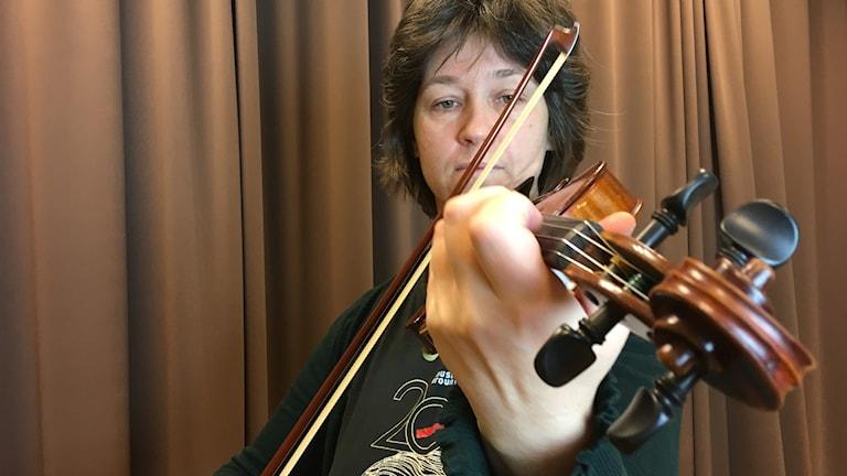 Edith Kiendle från orkestern Musica Vitae spelar på sin fiol.