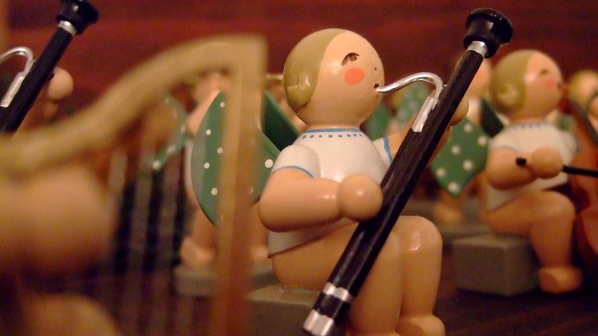 Prydnadsfigur i trä spelar på en fagott.