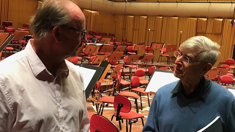 Jan B Larsson står tillsammans med dirigent Herbert Blomstedt i Berwaldhallen.