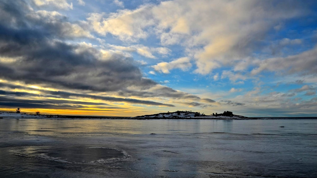 Soluppgång över Bottenhavet där isen håller på att lägga sig.