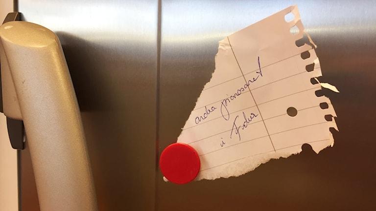 """Avriven papperslapp fäst på kylskåp med magnet. Texten på lappen är """"...andra pianosonat i F-dur""""."""