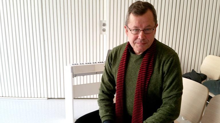 Ulf Berggren sitter på en stol i ett ljust rum.
