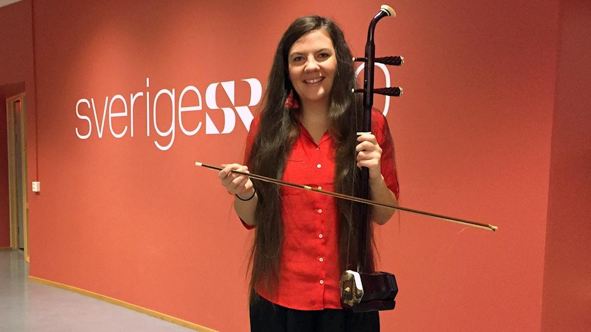 Nathalie Alvhäll Lindahl visar upp det kinesiska instrumentet erhu.