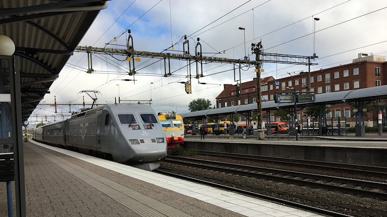 SJ snabbtåg mot Stockholm lämnar stationen i Nässjö