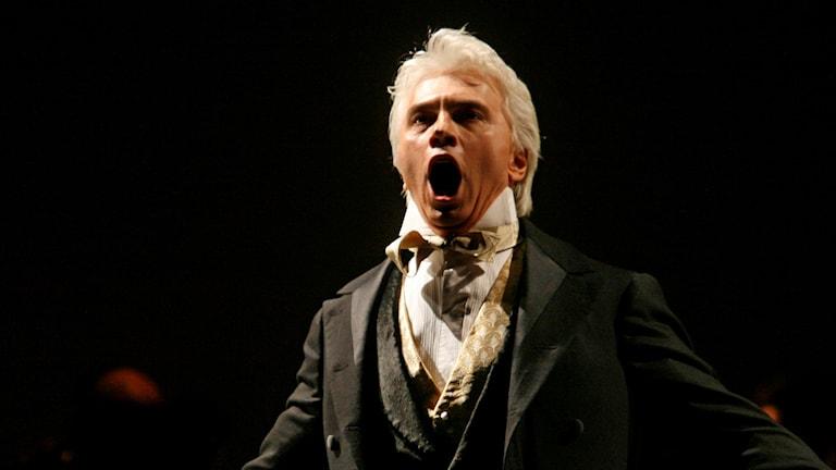 Dmitrij Chvorostovskij sjunger för full hals.