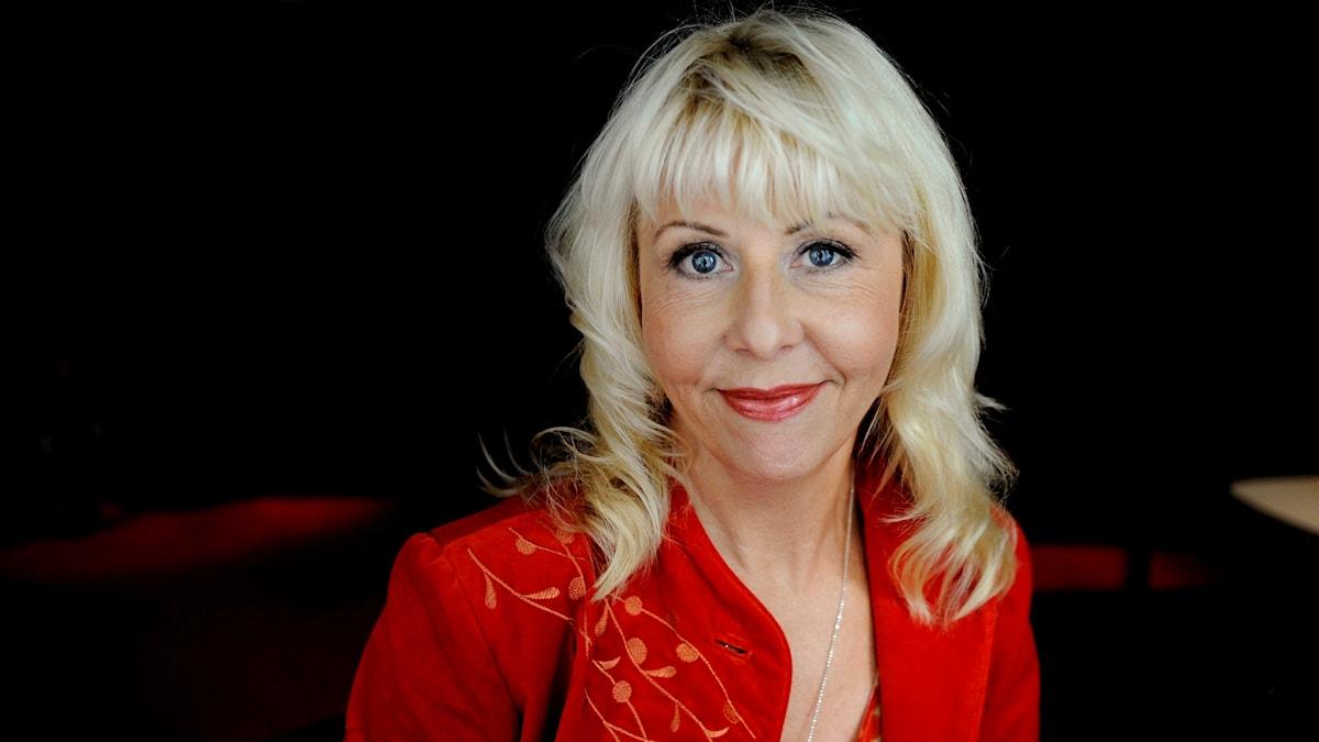 Pia Johansson i en röd jacka.
