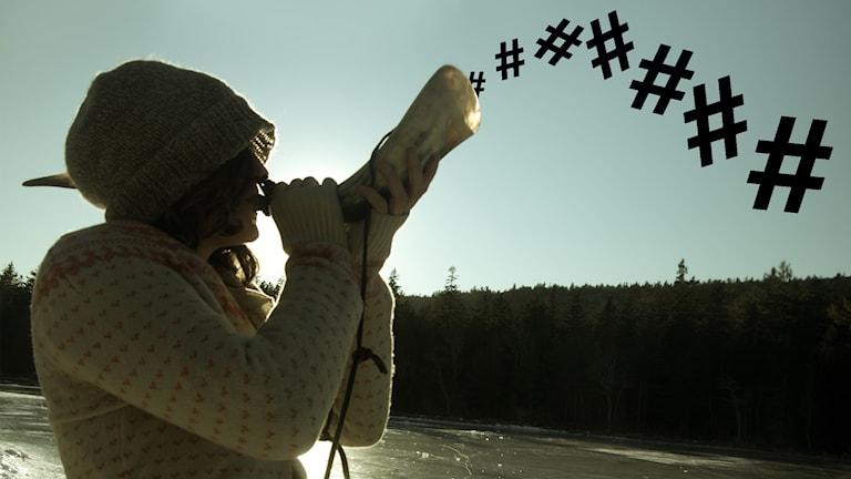 En kvinna blåser i ett djurhorn och ut ur det kommer ett gäng hashtags.