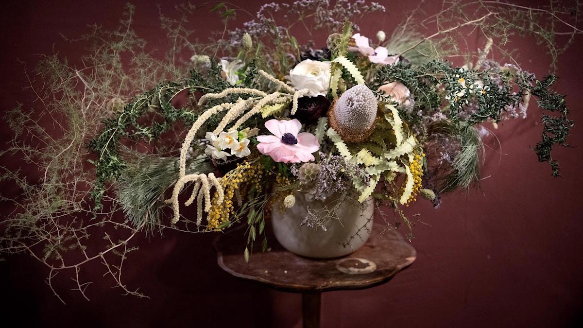 Torkade blommor arrangerade i en vas.