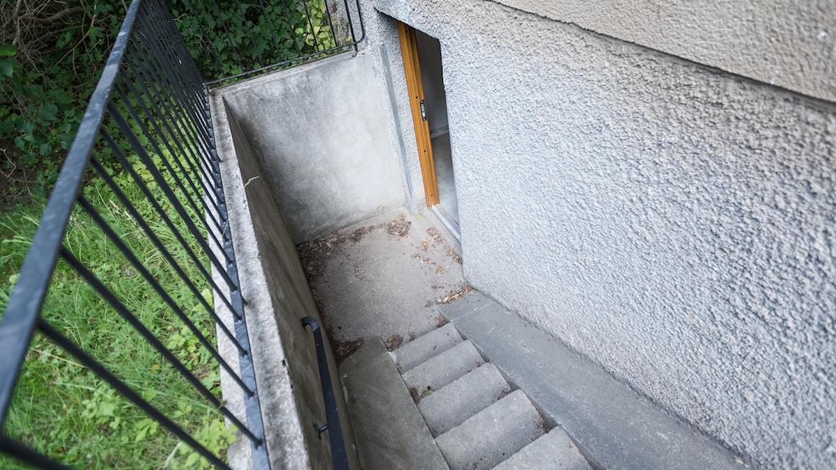 Trappen ner till källaren på utsidan av ett hyreshus.
