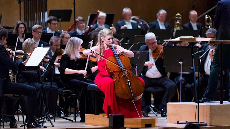 Cellisten Amalie Stalheim sitter på scenen och spelar tillsammans med Göteborgs symfoniker under finalen av Solistpriset 2018.