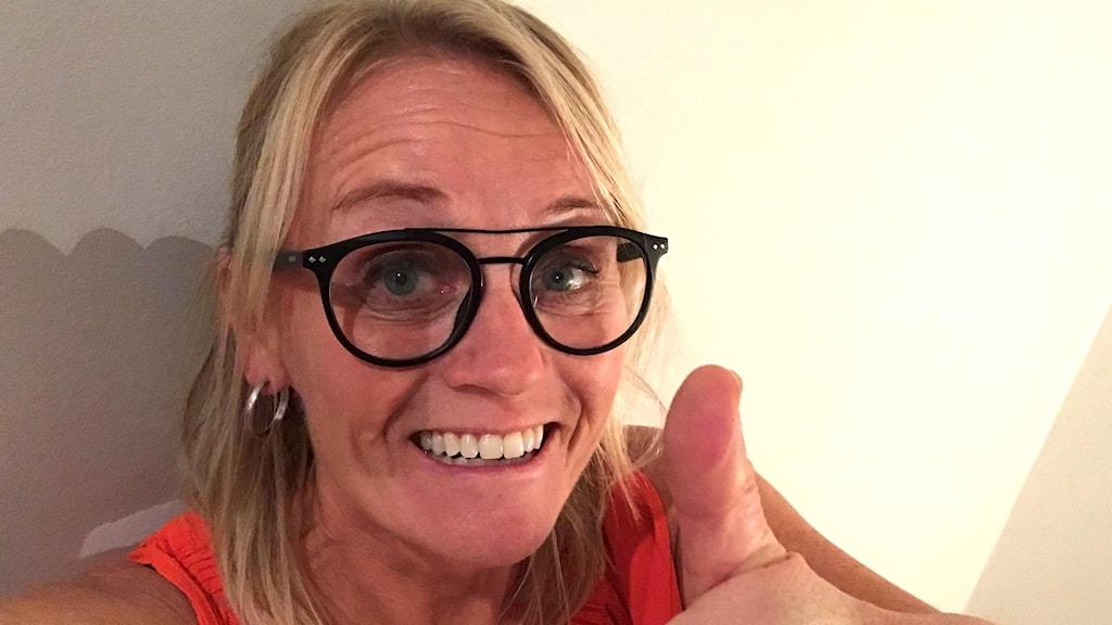 Marinette Larsson gör tummen upp och ler.