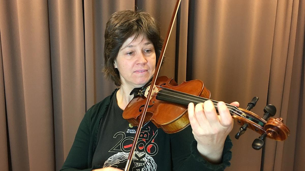 Violinisten Edith Kiendle från orkestern Musica Vitae spelar på sin fiol.